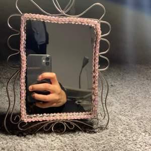 Gammal spegel men aldrig använd säljs. Från Ikea, rosa pärlor längds själva spegeln. Putsades nyligen med diskmedel och svamp.