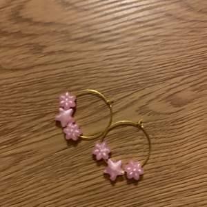 Jättefina rosa/ guld örhängen💕 tre pärlor: två blommor och en stjärna på vardera örhänge. Älskar att något så enkelt kan lyfta en hel look 🤯