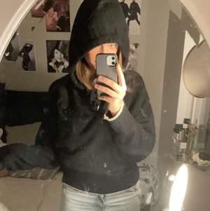 Stickad hoodie med vita detaljer från H&M, något nopprig annars fint skick! Köpt i höstas för ca 400