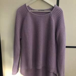Ljuslila stickad oversize tröja från Gina tricot. Storlek L. Lite nopprig vid ärmarna, annars fint skick :) 50 kr + frakt alt mötas i centrala Göteborg