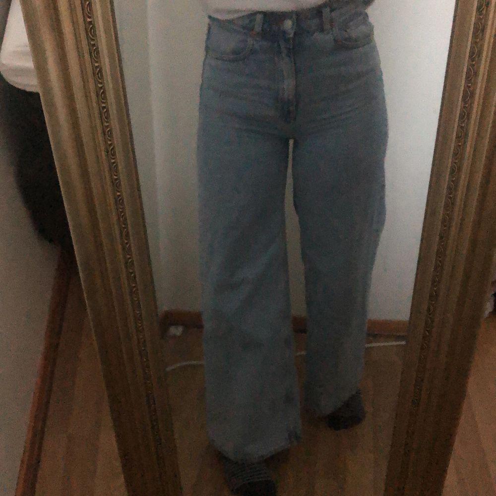 Säljer mina ace jeans från weekday då dom tyvärr inte kommer till användning längre. Jag är ca 160cm och dom lägger sig precis över skorna. Jag brukar även ha storlek 26/27 i jenas dom här är ganska stretchiga. Kom privat för mer bilder. . Jeans & Byxor.