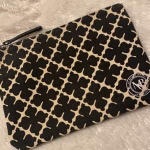 Säljer min kuverväska/clutch i tyg från Malene Birger. Den är utmärkt skick då den endast använts 2 gånger.