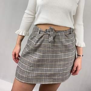 En helt unik kjol som är egensydd. Säljer då det råkade bli för stor storlek. Måttet rakt över midjan är  43cm. Längden är 38cm. Kjolen har ett underlager. I toppenskick. Skräpet går att knyta tajt så den passar även S-M. SafePay knappen är aktiverad så det går att köpa direkt utan att behöva meddela! Tar annars swish! Spårbar frakt på 66kr är inräknad i priset och SafePay tar 10% av betalningen. Tyvärr kostar det lite extra då jag alltid kommer skicka spårbart och ta safepay för bådas säkerhet.