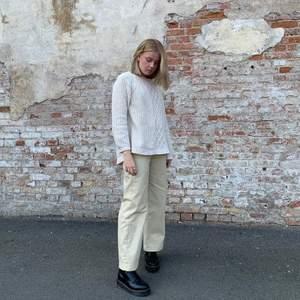 Beige stickad tröja, är det fler intresserade får ni buda🥰 frakten ingår i priset 150kr.