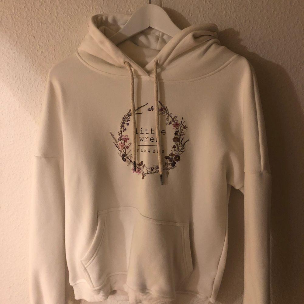 Tjock vit hoodie med tryck. Storlek S. Använd 1-2 gånger. Köparen står för frakt.. Huvtröjor & Träningströjor.
