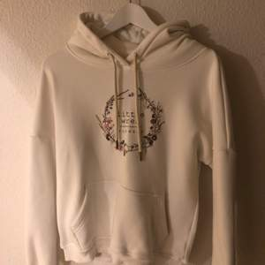 Tjock vit hoodie med tryck. Storlek S. Använd 1-2 gånger. Köparen står för frakt.