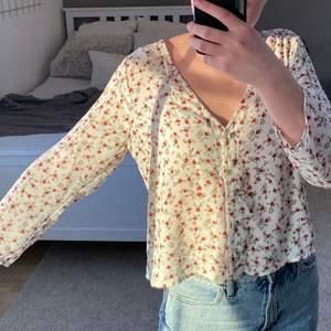Jättesöt blommig blus med lite kortare ärmar, verkligen superfin till sommaren 💓💓 jag på bilden brukar ha XS i tröjor