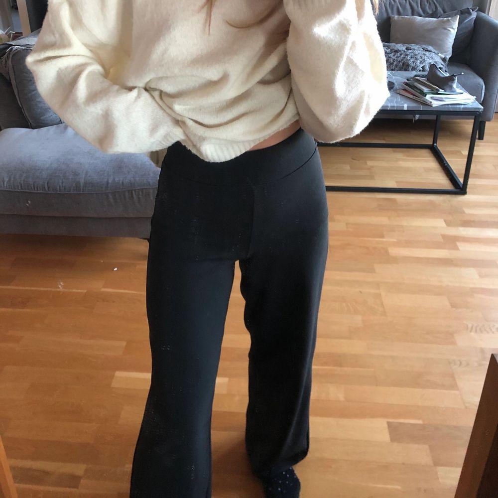 Vida kostymbyxor från ginatricot jätte bra skick!❤️. Jeans & Byxor.