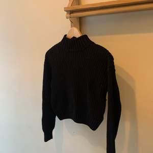 En fin svart polotröja, använd några få gånger, säljer pga att jag rensar min garderob. Ordinarie pris: vet inte Storlek: xs Hör av er vid intresse eller för mer bilder♡  Pris är exklusive frakt. Frakt kostar 44kr