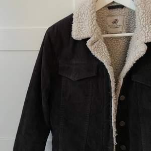 Säljer denna snygga Manchester jacka från pull and bear som inte kommer till användning längre, sparsamt använd!💕 skriv för fler bilder!