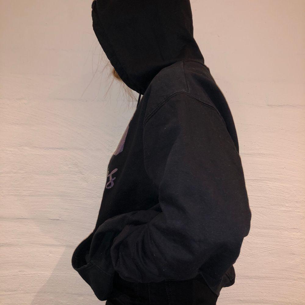 Dags för andra släppet!  Vi säljer denna svarta hoodie med ett glittrig tryck på den. De står DHS Cheerleading. Priset är 279kr.  Den är i storlek XL och sitter som en L/XL. Personen på bilden är 165cm och brukar ha på sig M. Inga defekter på hoodien.                                         Kontakta oss på Plick eller vår Instagram @wanderetro. Om flera visar intresse blir det budgivning. Köparen står för spårbar frakt på 66kr. 🤍. Huvtröjor & Träningströjor.