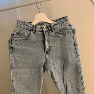 Väldigt fina jeans. Stentvättad blå färg som ser jättefin ut på. Jeansen har även slitningar i slutet av jeansen. I väldigt bra skick, då jag inte har använt de så många gånger.