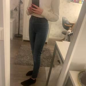 Säljer ett par blåa jeans. De är antingen skinny eller super skinny men råkade ta fel storlek så det är därför jag säljer de. De är använda men i bra skick! De passar mig och jag är ca 160cm lång. Frakt inräknat i priset!!! Vid köp av flera kan jag samfrakta i den mån det går. Kolla gärna in min profil!