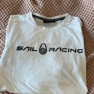 Jag säljer min sail racing tröja eftersom jag inte använder den längre. Har haft på mig den ungefär 5 den har en liten fläck men den är nästan inte synlig alls. Jag köpte den på stadium för 499 kr