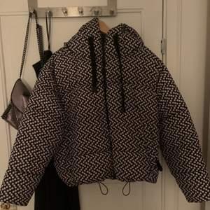 Säljer denna coola jacka från zara som jag inte får användning av . Storlek M men sitter mer som en S. Bra skick. Frakt ingår