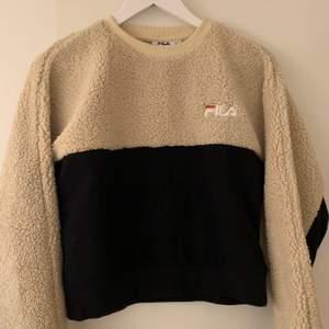 Croppad tröja i hälften teddymaterial. Inköpt för ca 700kr på Urban outfitters i Stockholm. Endast använd två gånger så skicket är topp! Den är i S men passar både mindre och större🤎