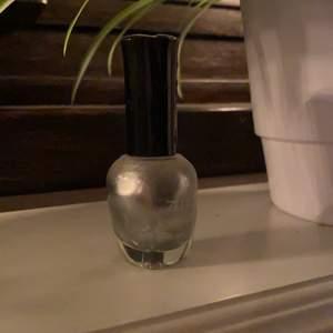 Silvrigt nagellack säljes, då jag ej använder nagellack. Säljes för 15kr, frakt tillkommer ✨💖💅🏼