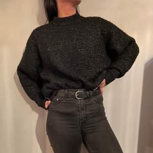 Svart, glittrig, stickad tröja från GinaTricot i storlek S. I använt skick men utan slitage och inte direkt nopprig. Väldigt mysig men kommer inte till användning längre tyvärr. Frakt tillkommer med 50kr.