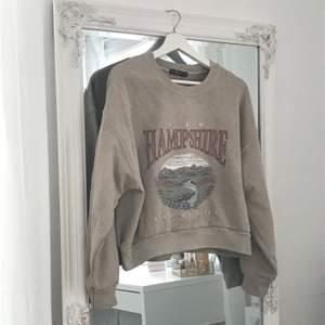Sweatshirt, vintage aktig i strl XS-S. Inga defketer, förutom två små vid armarna (se bilder) då jag var tvungen att göra om den litegrann. Kan lätt fixas av mig. Skicka privat för frågor etc! 💓