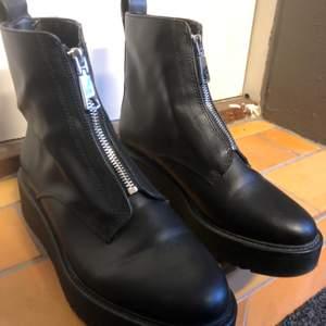 Svarta läderimitation boots med dragkedja fram och med lite platå sula. Använd ett fåtal gånger så de är i nyskick!