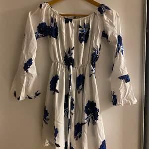 Blommog shorts-dress ifrån Dennis Maglic. Sommrig och fin.
