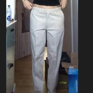 skitsnygga och sköna beiga kostymaktiga byxor