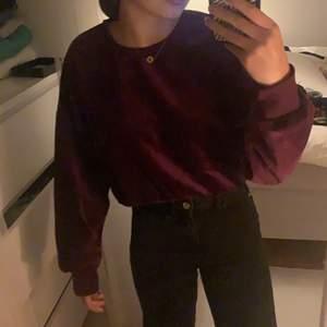 Säljer min sammet tröja i färgen lilla/ vinröd. Från BIK BOK i storlek S! Aldrig använt. köparen står för frakten
