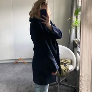 Säljer min riktigt fräscha mörkblå Massimo Dutti kappa. Nästan som ny! Står ingen storlek i, men passar perfekt på mig som i vanliga fall har S/M. Hör av dig om du har några vidare funderingar eller frågor!🌟🌟