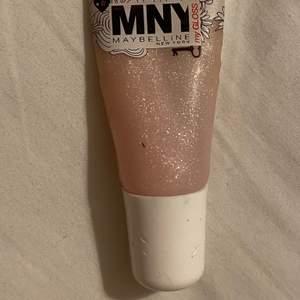 Säljer denna glittriga läppglans från maybelline. Den är lite använd, men det finns mycket kvar och den är rengjord. Undrar man över något så är det bara att kontakta mig.