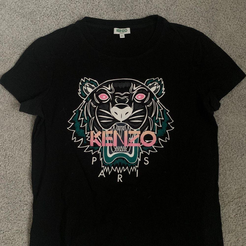 Kenzo tröja med coolt tryck, frakt tillkommer 💛. T-shirts.