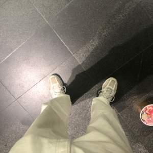 Vita Levis jeans akut snygga och sitter fett bra, dom e vintage och en roligt härlig cream färg