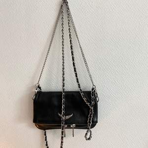 nypris: 2000. Skick 9/10. Säljer den pga att jag köpt en ny handväska så kommer inte ha någon användning av denna längre. Perfekt att ha mobil och kort i. Detta är den lilla modellen.