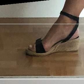 Jättefina Filippa K sandaler i läder med kilklack. Använd ett fåtal ggr. Jättemjuk sula