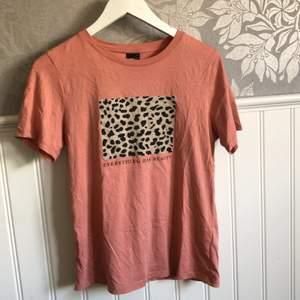 T-shirt i strl S. Säljs pga att jag inte använt den. Använt ca 3 gånger. Lite skrynklig.                                                           Köptes i butik förra året.  KÖPAREN STÅR FÖR FRAKT!