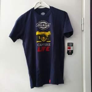 En Dickies t-shirt med tryck, herr storlek M, OBS! Asiatisk storlek ungefär en S i Svensk standard. Tags kvar och aldrig använd.