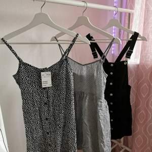 TRE KLÄNNINGAR SÄLJES FÖR PAKETPRIS!  Storlek 34 men passar nog även 36. Första klänningen är helt ny, prislappen sitter kvar. De andra två är använda någon gång. Perfekta för dessa sommardagar! Hör gärna av er om ni har några funderingar!