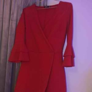 En jättefin dress som tyvärr inte sitter nå bra på mig🥺💕därav säljer jag. Köpt för 400kr, säljer för 200kr. Bra tjockare material super skön och bra längd. Det är shorts men det ser ut som en kortare klänning med alla dom fina detaljerna<3! Som ny