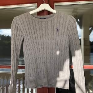 Grå stickad tröja från Ralph lauren i storlek L (12-14 år), skulle säga S i vuxenstorlek. Tröjan är sparsamt använd! Vid snabb affär kan priset sänkas! Kan skickas om köper står för frakten💕 Nypris 1195kr