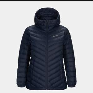 Säljer min peak jacka I storlek M men passar S också. Säljer den för 2300 kr pris kan diskuteras vid snabb affär