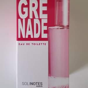 Granatäpple, fräsch och fruktigt doftande Grenade Solinotes paris parfym. Har bara provat den en gång och kan säga att doften håller sig under hela dagen. Man behöver inte ta så mycket det räcker med 2 sprut och så börjar lukta över hela hemmet😂