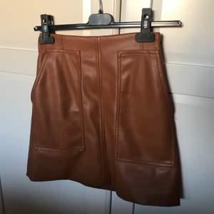 """Jättesnygg brun """"skinn"""" kjol med fickor på framsidan från hm i stl 34, i nyskick. 100kr + frakt"""