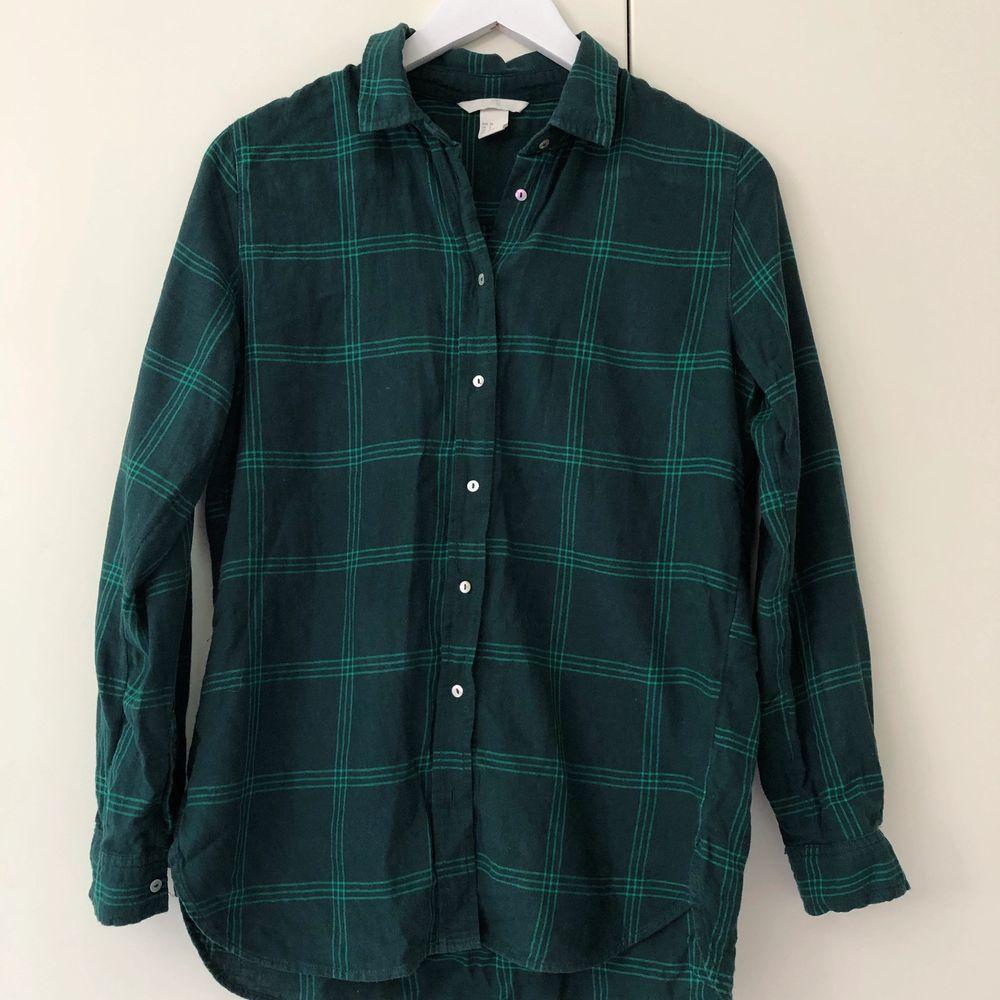 Grönrutig flanellskjorta från H&M. Storlek 34 men passar även 36. Köparen står för frakten.. Skjortor.