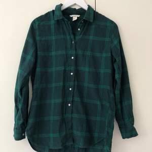 Grönrutig flanellskjorta från H&M. Storlek 34 men passar även 36. Köparen står för frakten.