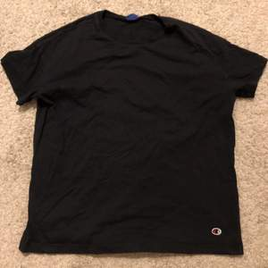 Svart oversize t-shirt från champion. Inte använd så mkt, köpt för 300kr. Passar s-L beroende på hur man vill att den ska sitta.