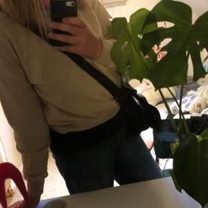 En enkel beige sweatshirt som enkelt kan stylas till allt. Den är i större storlek så mer oversize. Alldrig använd så i mycket bra skick.                                 Kan mötas i Göteborg annars står köparen för frakt.😊