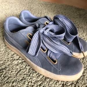 Jättefina ljusblå sneakers i mocka från puma med gulddetaljer. Använda max 3 gånger och säljer på grund av att de inte lite små för mig. Storlek 38,5!