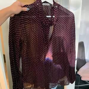 Ett plagg som varit en favorit i garderoben länge!! As fin blus från hunkydory (nypris 2000). Blusen har en lugn och fin vinröd färg med söta stjärnor på 🥺🍒! Man knyter den fint runt halsen/nyckelbenen.  <3  PRIS: 330 inklusive frakt