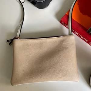 Väska ifrån bikbok endast använd ca 1 gång! I nyskick! Har två stycken fack och de är i olika färger som du kan se på bild 1 och 2. Koppar dragkedja och koppar detaljer🥰