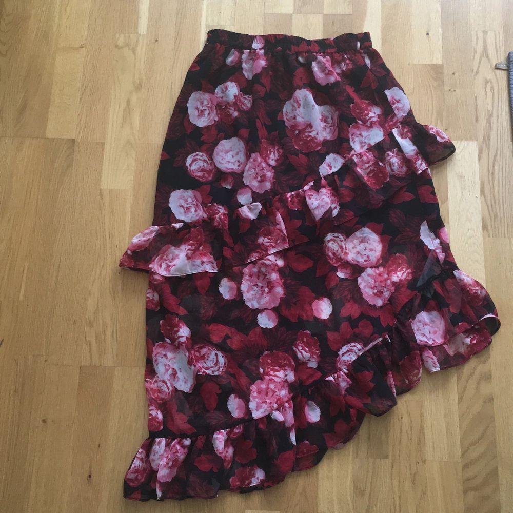 Jätte vacker kjol som har en slags slits på sidan. Väldigt fin och i nyskick. Har använts två gånger men är riktigt inte min stil. Dm för tydligare bilder 🌸 (inklusive frakt). Kjolar.