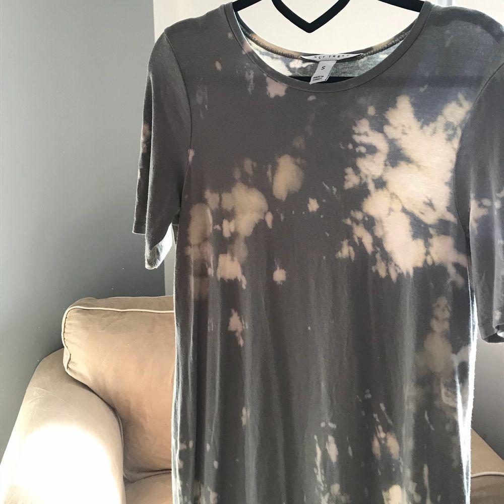 Säljer denna ascoola T-shirt klänning som från början är köpt på Nelly men som jag senare blekt. Superskönt stretchigt material. Strl S men skulle säga att den kan passa M också beroende på hur oversize man vill ha den. Säljer då den inte kommer till användning. Köparen står för frakt. Klänningar.